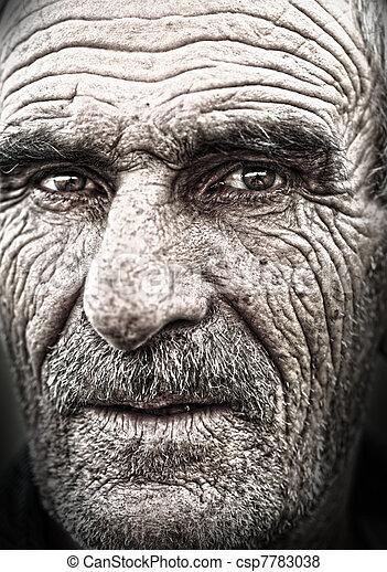 Bild des alten Mannes, runzlige, alte Haut, Gesicht - csp7783038