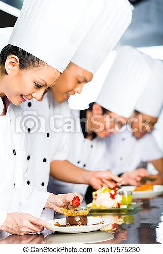 Asiatische Chefs in der Küche. - csp17575230