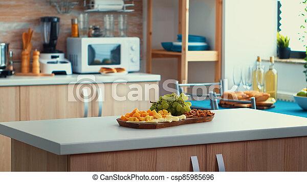aufschließen, küchentisch - csp85985696