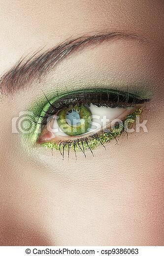 Auge der Frau mit grünem Make-up - csp9386063