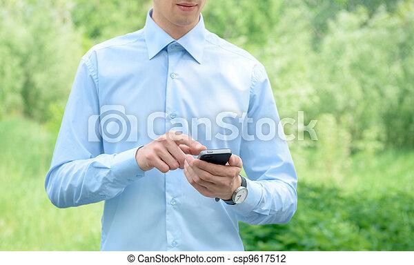 Geschäftsmann mit Handy - csp9617512