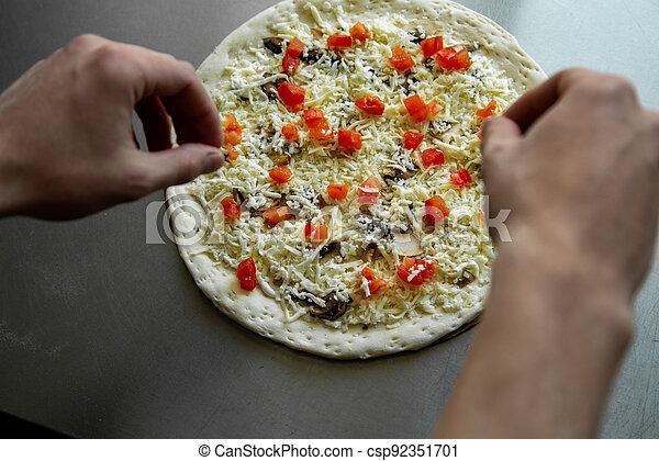 close-up., pilze, pizzaiolo, kitchen., küchenchef, köstlich , selbstgemacht, oberseite, hände, pizza, bereitet, ansicht. - csp92351701