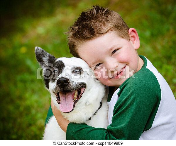 Das Kind umarmt liebevoll seinen Schoßhund - csp14049989