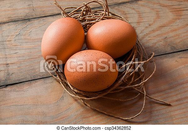 Drei Eier in einem Fadennest. - csp34362852