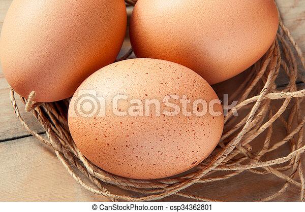 Drei Eier in einem Fadennest. - csp34362801