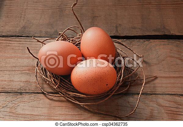 Drei Eier in einem Fadennest. - csp34362735