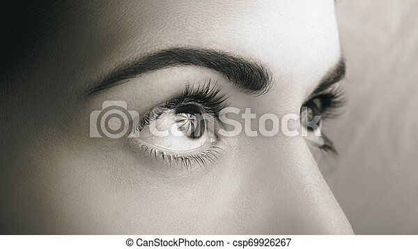 Mach die dunklen Augen zu - csp69926267