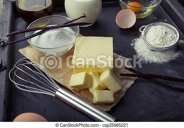 Eier backen, Mehl, Zucker, Butter, Vanille, Sahne - csp25965221