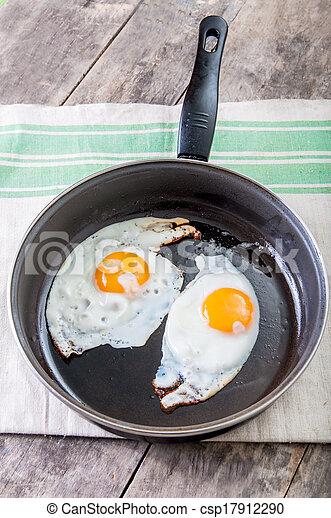Eier in einer Pfanne. - csp17912290