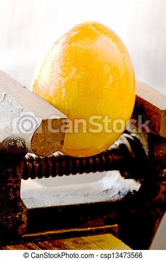 Ein Ei in einer Bank vise - csp13473566