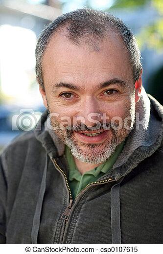Ein erwachsener Mann lächelt - csp0107615