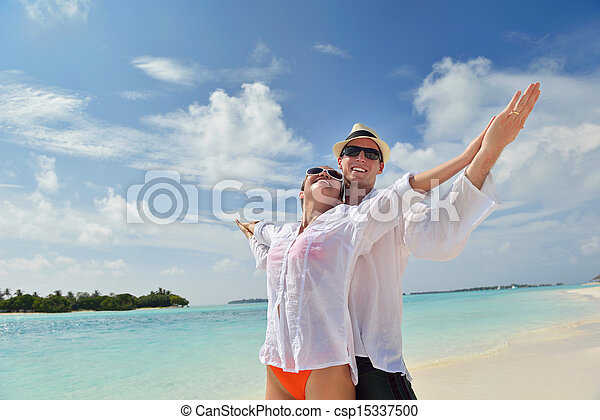 Fröhliches junges Paar, viel Spaß am Strand - csp15337500