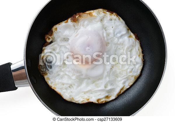 Gebratenes Ei in einer Pfanne. - csp27133609