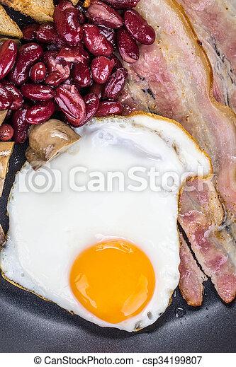 Gebratenes Ei in einer Pfanne. - csp34199807