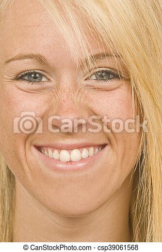 geknitterte nase, grinsen - csp39061568