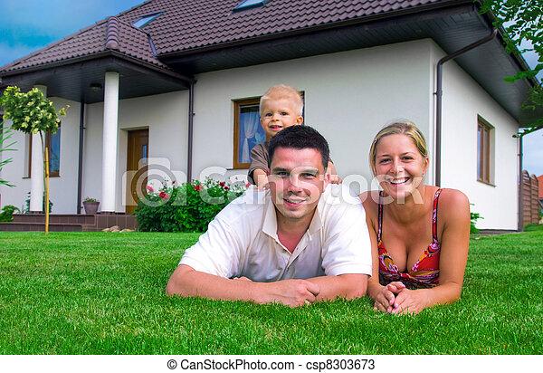 Glückliche Familie und Haus - csp8303673