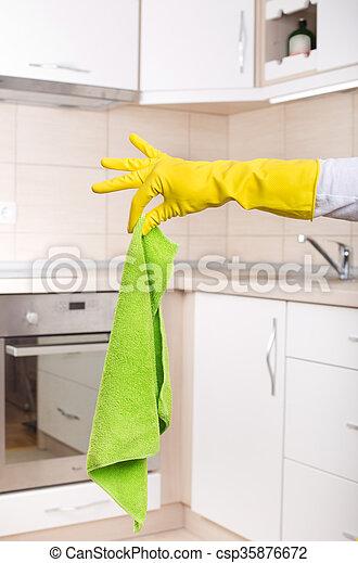 Hand mit schmutzigem Mopp in der Küche. - csp35876672
