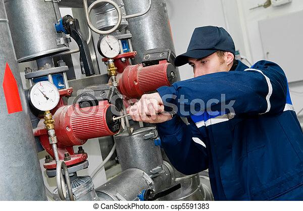 Heizungsingenieur im Heizungsraum. - csp5591383
