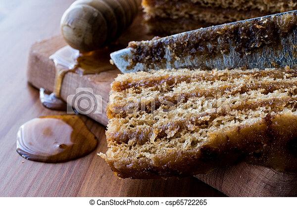 Honigkuchen mit Walnuss und Karamellcreme. - csp65722265