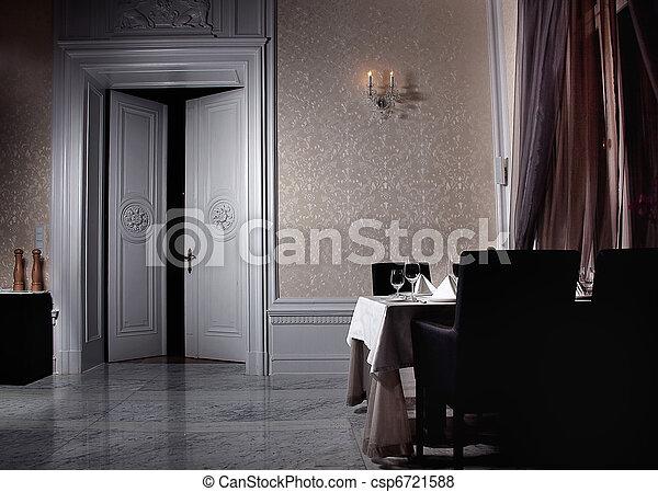Klassisches weißes Innere mit offener Tür - csp6721588