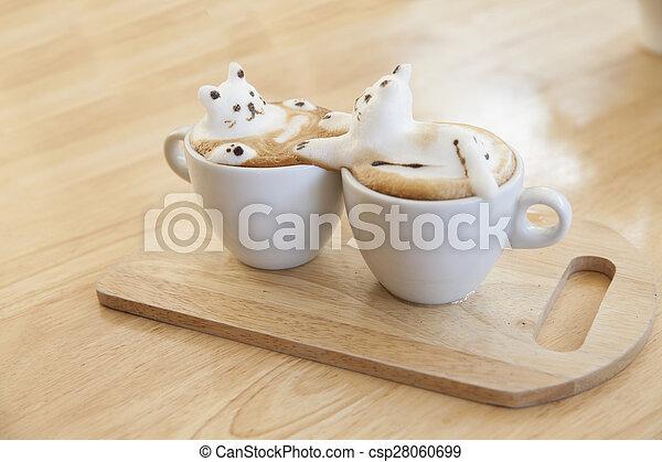 Milchkaffeebeschichtung aus Milchschaum auf der Tasse heißen Kaffee . Platz auf dem Holztisch - csp28060699