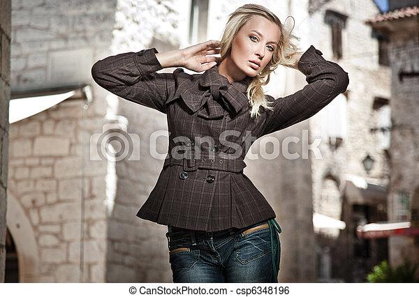 Modefoto eines jungen Mädchens - csp6348196