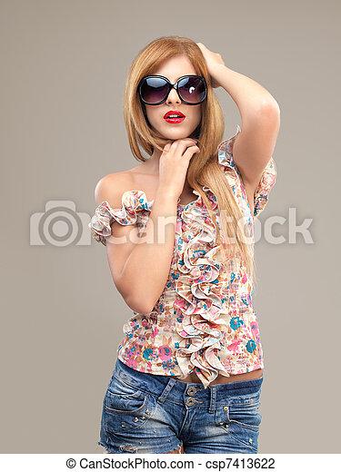 Modeporträt sexy Frau, Sonnenbrille, Shorts, Posing - csp7413622