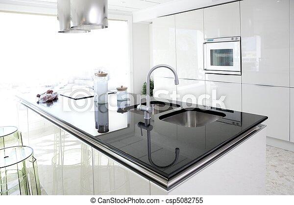 Moderne weiße Küche, saubere Innenausstattung - csp5082755