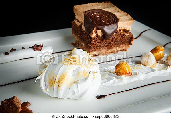 Schließen Sie köstliche Schokolade und Karamellcreme Dessert - csp68968322