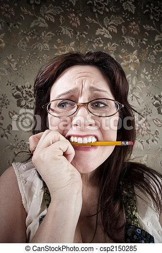 Nervöse Frau kaut an einem Bleistift - csp2150285