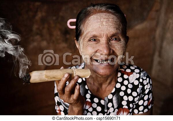 runzelig, frau, glücklich, altes , qualmende , asiatisch - csp15690171