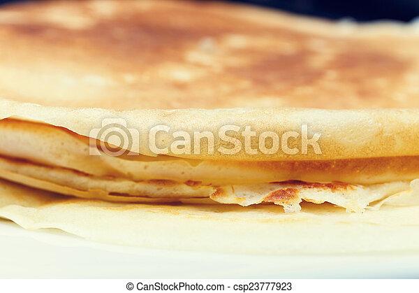 Süßer Pfannkuchen auf dem weißen Teller. - csp23777923