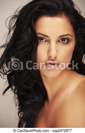 Schöne brunett Modell in Studio auf hellem Hintergrund. - csp2472877