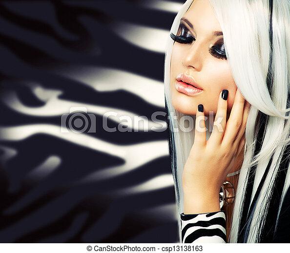 Schönheits-Model schwarz-weiß. Langes weißes Haar - csp13138163