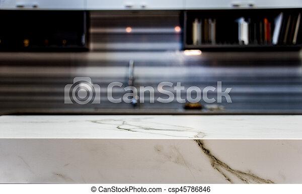 Schließen Sie den Küchentisch mit verschwommener Küche hinten - csp45786846