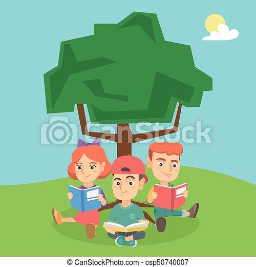 Schulkinder lesen Bücher unter einem Baum über die Natur. - csp50740007