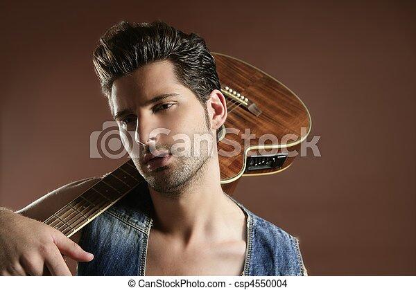Sexy junger Musiker, Gitarrenspieler auf Braun - csp4550004