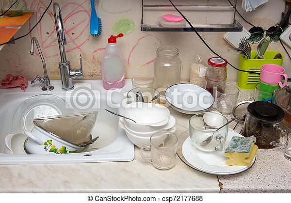 Ungewaschenes Geschirr auf dem Tisch der alten Küche - csp72177688