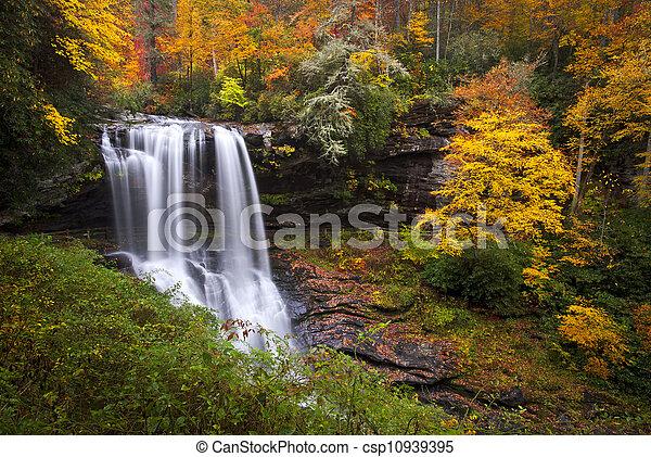 Trocken fällt Herbst-Wasserfalls-Highlands NC-Wald fallen in den Cullasaja-Schluchtbergen - csp10939395