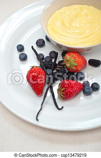 Vanillepastete und Beeren - csp13479219
