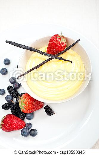 Vanillepastete und Beeren - csp13530345