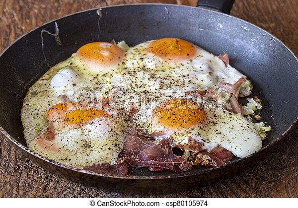 vier, gebratene eier, pfanne - csp80105974