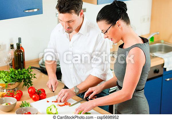 Wir kochen zusammen in der Küche - csp5698952